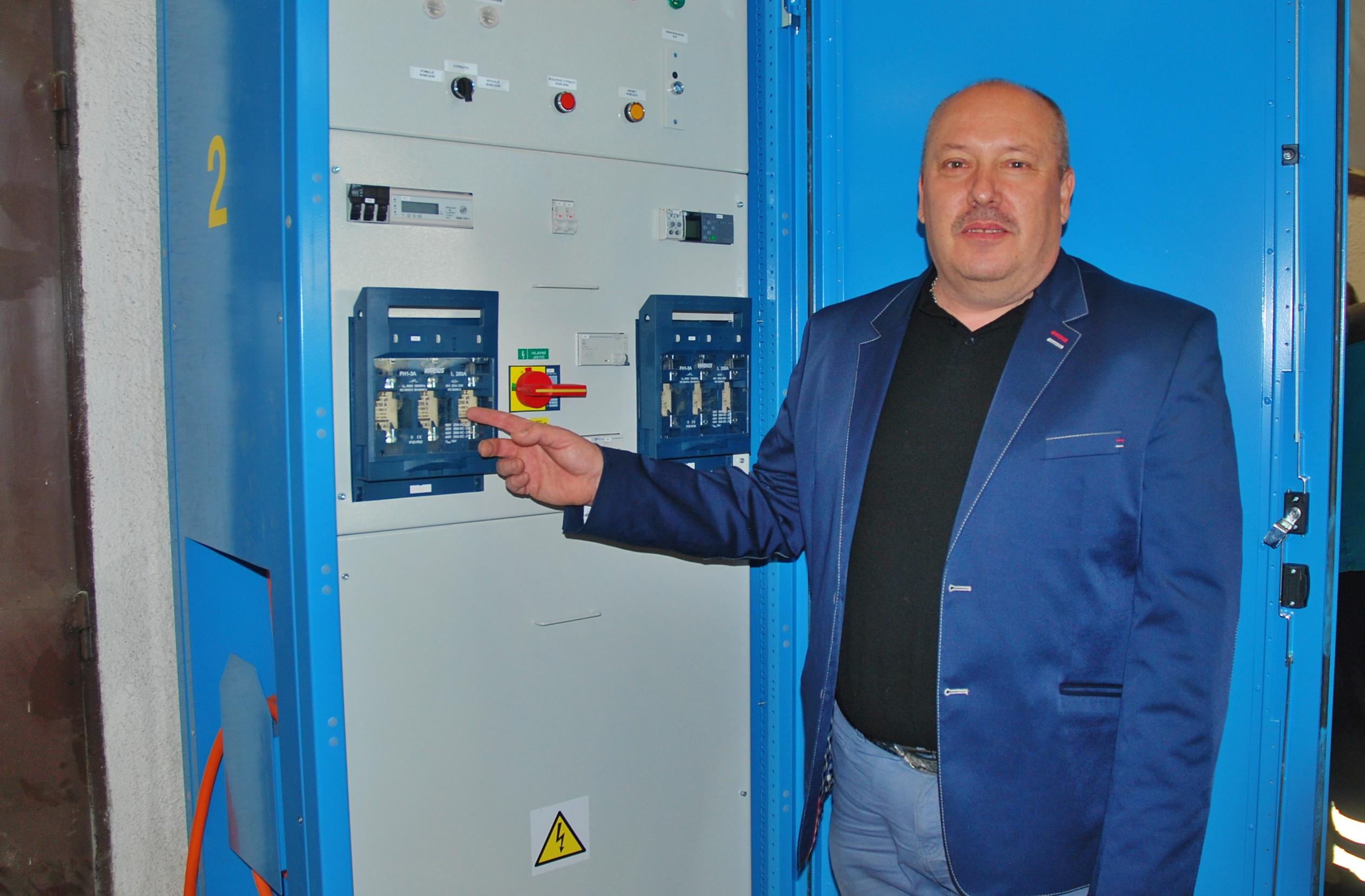 Lubomír Kulhavý ze společnosti SOR Libchavy, školí zaměstnance DPMK jak správně nabíjet baterie v elektrobusech (foto: Zdeněk Nesveda)