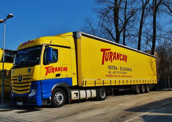 TURANCAR prevádzkuje aj medzinárodnú kamiónovú dopravu dvadsaťjeden najmodernejšími vozidlami Mercedes-Benz Actros euro 6.  (foto: Zdeněk Nesveda)