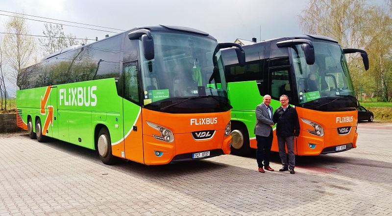 2 luxusní autokary VDL Futura VFHD2 139/ 460, předává Martin Schlosser (vlevo) ze společnosti VDL Bus & Coach Česká republika firmě Umbrella Services, panu Janu Konopáskovi (vpravo) foto: VDL