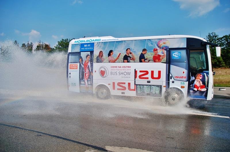 BUS SHOW TOUR: Novináři se učili bezpečně řídit autobus na polygonu