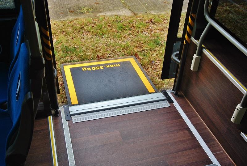 ISUZU NOVOCITI Life PREMIUM v Praze, výsuvná elektrická rampa s nosností až 350 kg pro invalidní vozíky (foto: Zdeněk Nesveda)