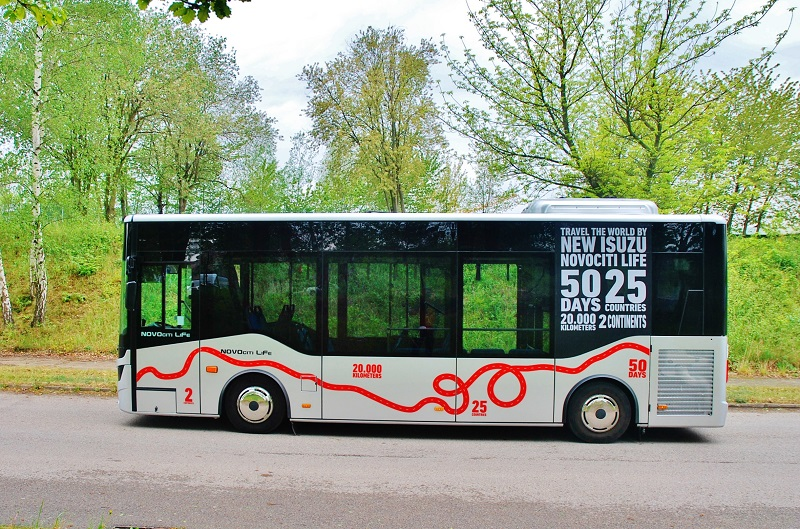 ISUZU NOVOCITI Life PREMIUM v Praze, městský midibus s nápadně vysokým bočním prosklením a maximálně efektivně využitým vnitřním prostorem (foto: Zdeněk Nesveda)
